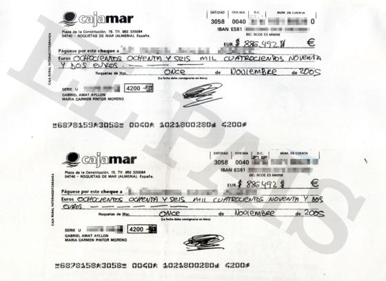 Cheques utilizados por el presidente de la Diputación de Almería, Gabriel Amat Ayllón, y su esposa, María del Carmen Pintor Moreno, para adquirir en noviembre de 2005 los terrenos que luego fueron recalificados.