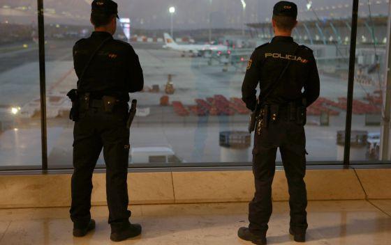 Dos agentes patrullan Barajas tras los atentados de París