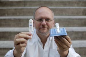 Gerjo Pérez, de la Fundacion Triangulo muestra un test de VIH.
