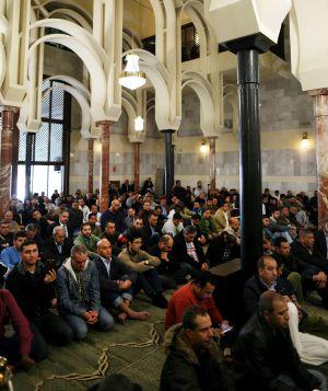 Varias personas rezan en el Centro Cultural Islámico de Madrid