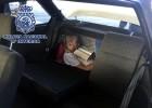La policía localiza a un inmigrante en el doble fondo de un maletero