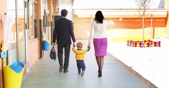 Unos padres acompañan a su hijo a la guardería