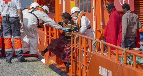 Los servicios de emergencias ayudan a una mujer a su llegada a Canarias