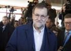 Interior tuitea una imagen de Rajoy votando junto a otra de Suárez