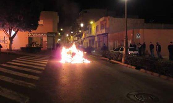 Un contenedor arde en una calle de Roquetas.