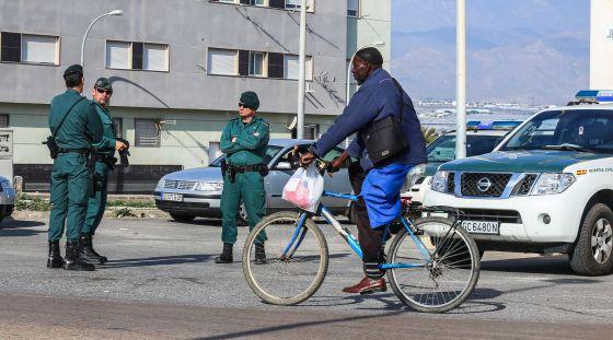 Control policial en Roquetas tras el asesinato de un inmigrante.
