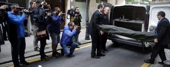 Empleados de la funeraria trasladan el cuerpo sin vida de la mujer de 86 años que ha muerto a manos de su hermana en Bilbao.