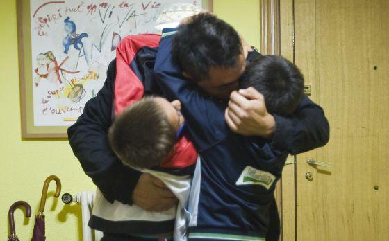 Un padre recoge a sus hijos en un punto de encuentro familiar.