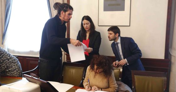 Alberto Rodriguez recoge su acta de diputado de Podemos por Tenerife.