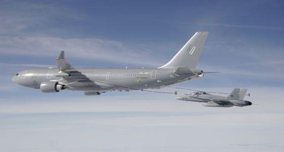 Un F-18 se separa de un Airbus MRTT tras repostar en vuelo.