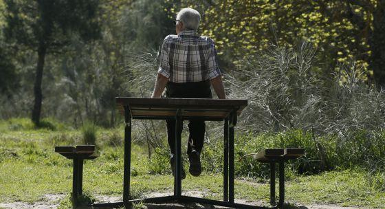 Un jubilado en la Casa de Campo de Madrid.