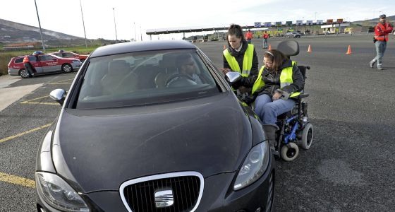 Una joven, con daño cerebral adquirido tras sufrir un accidente de tráfico, relata su experiencia a un conductor en un control de la Policía Foral de Navarra.