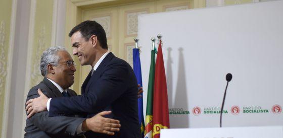 Pedro Sánchez saluda al primer ministro portugués, Antonio Costa.