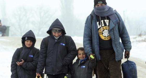 Una familia de refugiados, cerca de la frontera entre Serbia y Macedonia.