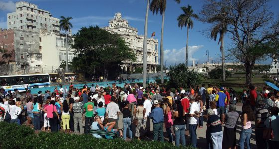 Un grupo de cubanos fuera del Consulado en La Habana, en 2008.