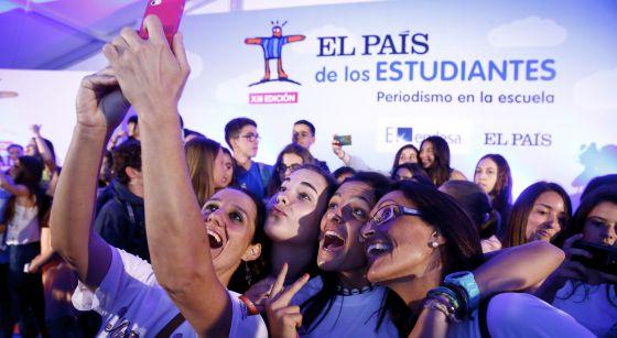 Varios alumnos se hacen una foto en una edición pasada de El País de los Estudiantes.