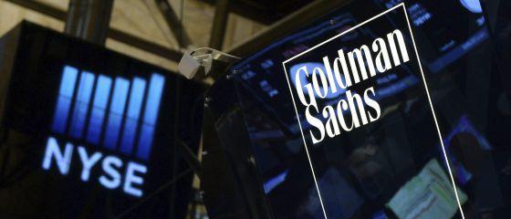 Vista de un logotipo de Goldman Sachs en el parqué de la Bolsa de Nueva York.