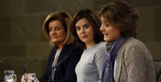 La vicepresidenta del Gobierno Soraya Sáenz de Santa María junto a las ministras Fátima Báñez e Isabel Tejerina.