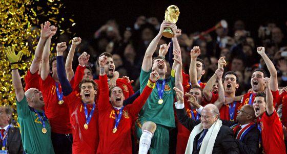 Iker Casillas levanta la copa junto a sus compañeros después de que España se proclamara campeona del mundo en Sudáfrica en 2010.