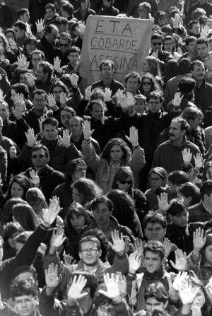 Miles de alumnos de la Universidad Autónoma de Madrid protestan en febrero de 1996 contra el asesinato del catedrático Francisco Tomás y Valiente, el día anterior en su despacho.