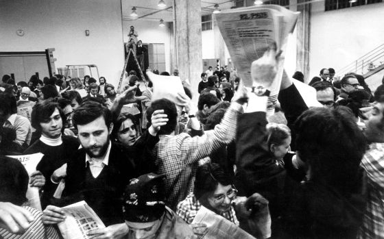 Salida de talleres del primer ejemplar de EL PAÍS, en 1976.