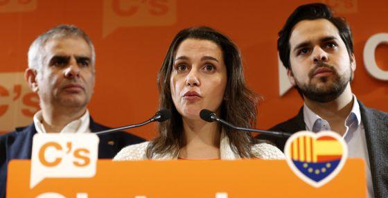 La líder de Ciudadanos en Cataluña, Inés Arrimadas, ayer, tras conocer el acuerdo para investir a Carles Puigdemont (CDC) como presidente de la Generalitat.