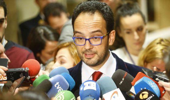 Antonio Hernando en el Congreso el 4 de enero para explicar la opinion del PSOE sobre los pactos.
