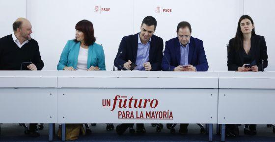 El líder del PSOE, Pedro Sánchez (centro), este lunes en Ferraz.