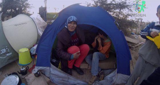 Fatima y su hijo Thaer, de 10 años, en su tienda de campaña frente al CETI.