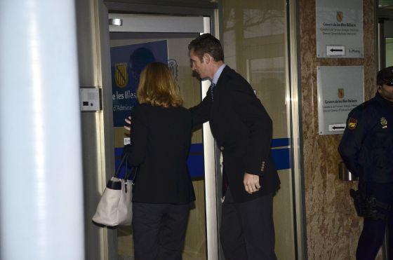La infanta Cristina e Iñaki Urdangarin entran en la sala.