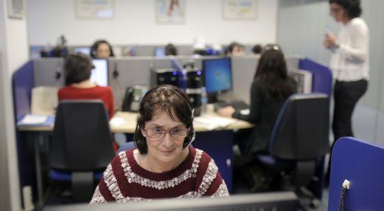 Operadoras del 016 en su sede de Madrid, a comienzos de este año.