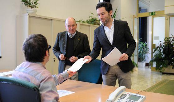 Borja Semper y Carmelo Barrio registrando su propuesta para la Ponencia de Autogobierno, en el Parlamento vasco