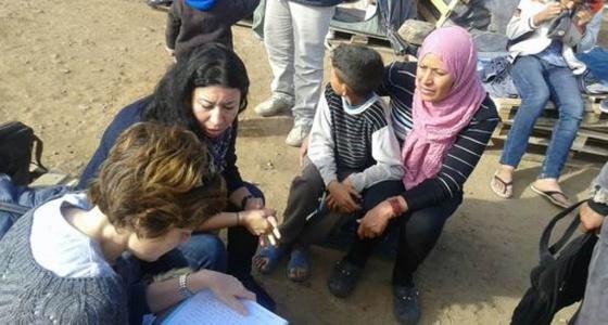 Los trabajadores de Amnistía Internacional entrevistan a una de las madres y a su hijo, la pasada semana.