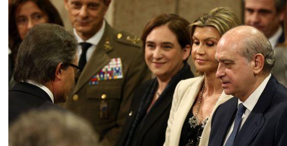 Artur Mas saluda al ministro del Interior, Jorge Fernández, tras el acto de toma de posesión de Carles Puigdemont.