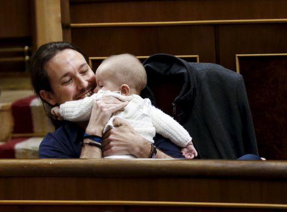Pablo Iglesias con el bebé de Carolina Bescansa