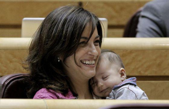 La senadora de Entesa Yolanda Pineda, del PSC, con su hijo en 2012