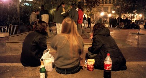 Un grupo de jóvenes consume alcohol en una plaza de Madrid