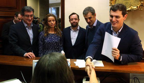 Ignacio Prendes, Patricia Reyes, Francisco de la Torre, Toni Cantó y Albert Rivera registran la primera proposición no de ley de Ciudadanos en el Congreso.