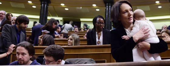 Carolina Bescansa en el Congreso de los Diputados con su bebé en brazos.