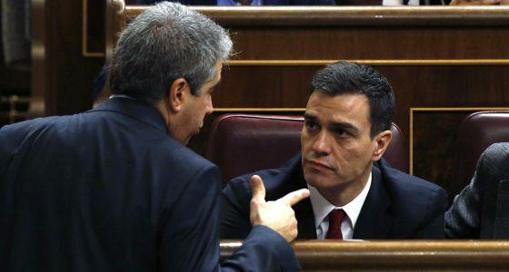 Francesc Homs, de Democracia y Libertad, con Pedro Sánchez.