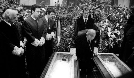 Antonio Pedrol Rius, presidente del Colegio de Abogados de Madrid, inclinado sobre los féretros de los abogados asesinados en 1977.