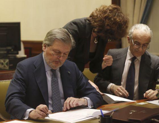 El Ministro de Educacion, Iñigo Mendez de Vigo (izquierda, durante el acto de formalización como diputado en el Congreso, el 7 de enero.