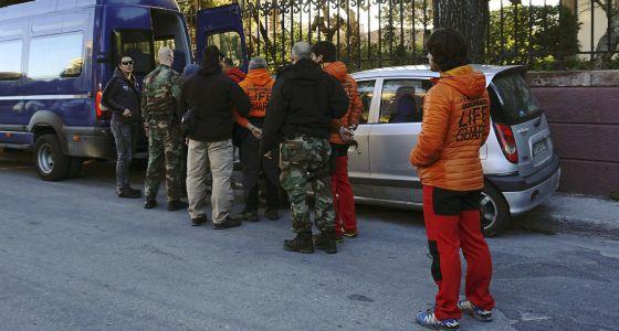 Los agentes griegos conducen esposados a los españoles