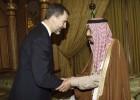 Los Reyes suspenden su viaje a Riad por la situación en España