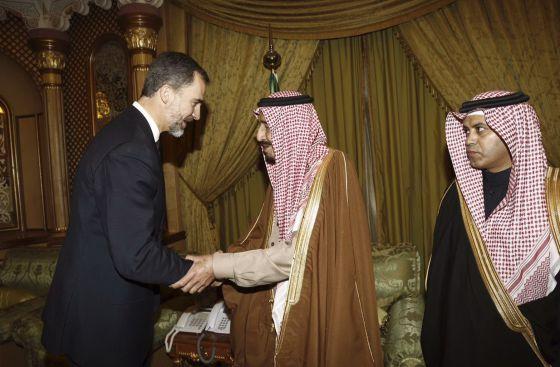 Felipe VI da las condolencias al rey saudí, Salman bin Abdulaziz, por la muerte de su hermano  y antecesor, en enero pasado.