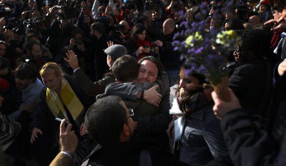 Pablo Iglesias abraza a Errejón, tras la constitución del Congreso.