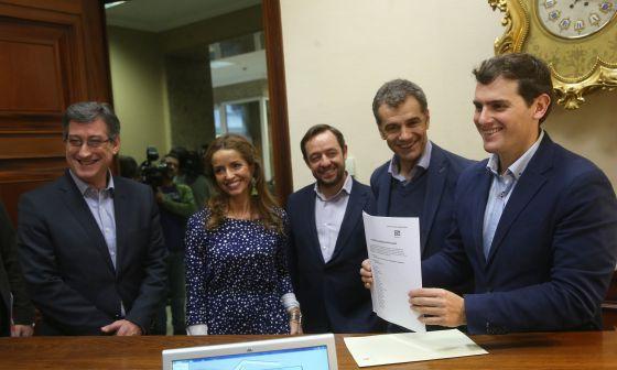 De izquierda a derecha, los diputados de Ciudadanos Ignacio Prendes, Patricia Reyes, Francisco de la Torre, Toni Cantó y Albert Rivera en el Congreso.