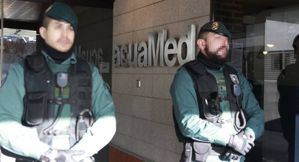 La Guardia Civil en la sede de la empresa Acuamed