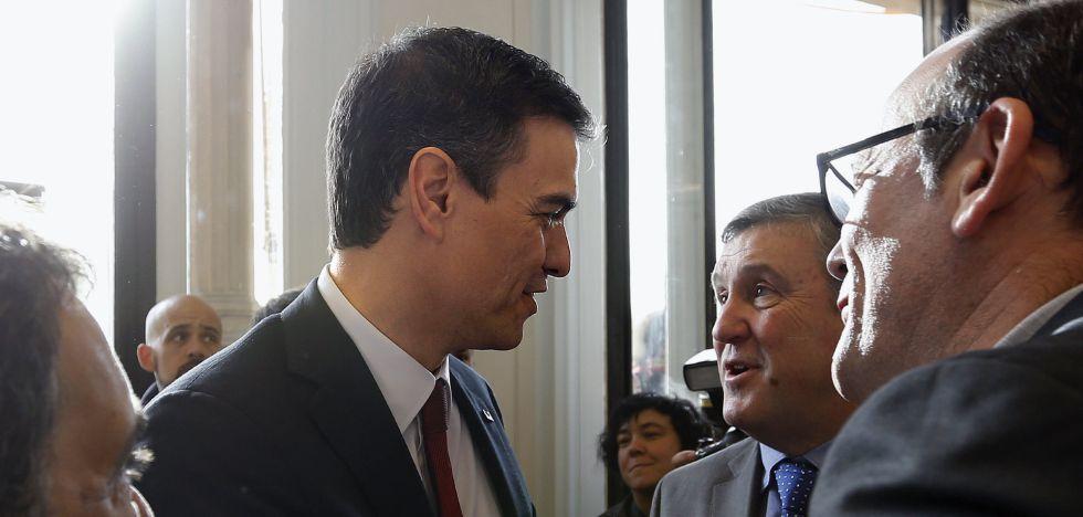 Pedro Sánchez (izda.), saluda a los diputados del PNV en el Congreso