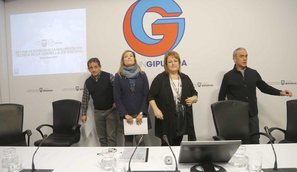 La diputada foral de Carreteras de Gipuzkoa, Aintzane Oiarbide (segunda por la derecha), junto a técnicos de la Diputación.